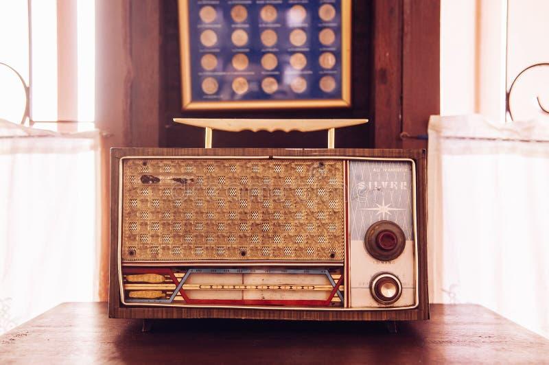 Rustikaler Retro- Weinlesetransistorradio-Landhausinnenbetrug lizenzfreie stockfotografie