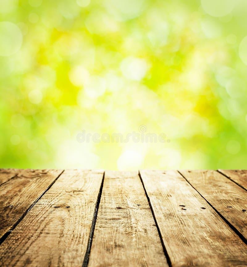 Rustikaler Schablonenhintergrund des Frühlinges mit Holztisch- und Textraum lizenzfreie stockfotos