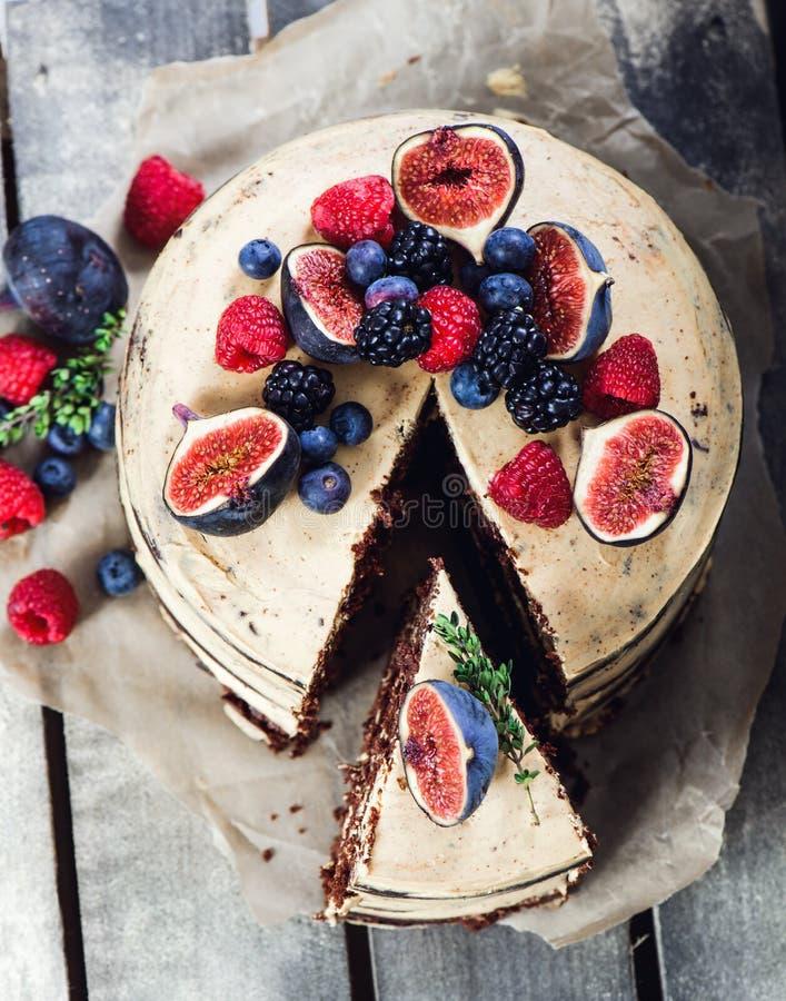Rustikaler Schokoladenkuchen lizenzfreie stockfotos
