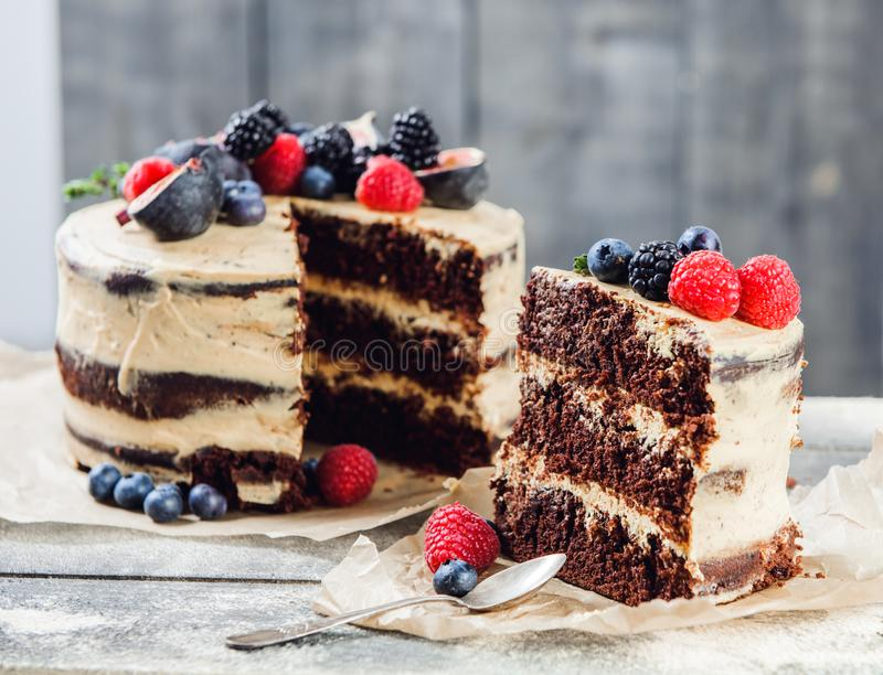 Rustikaler Schokoladenkuchen lizenzfreie stockbilder