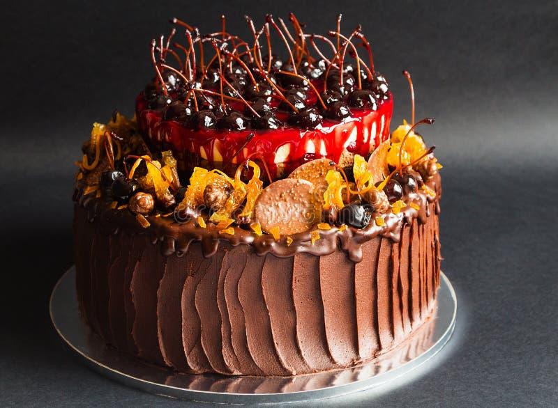 Rustikaler Schokoladenkuchen mit Frucht lizenzfreie stockfotos