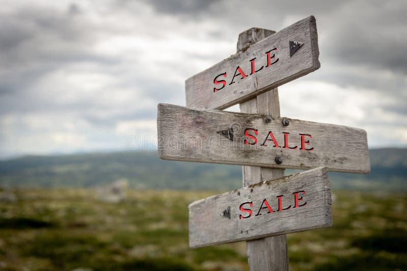 Rustikaler und hölzerner Verkaufswegweiser draußen in der Natur lizenzfreie stockfotografie