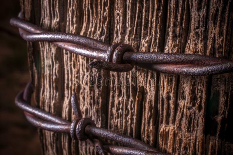 Rustikaler Zaun-Post With Barbed-Draht lizenzfreies stockbild