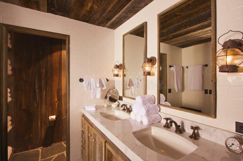 Rustikales Badezimmer stockbild. Bild von raum, wanne - 8104465