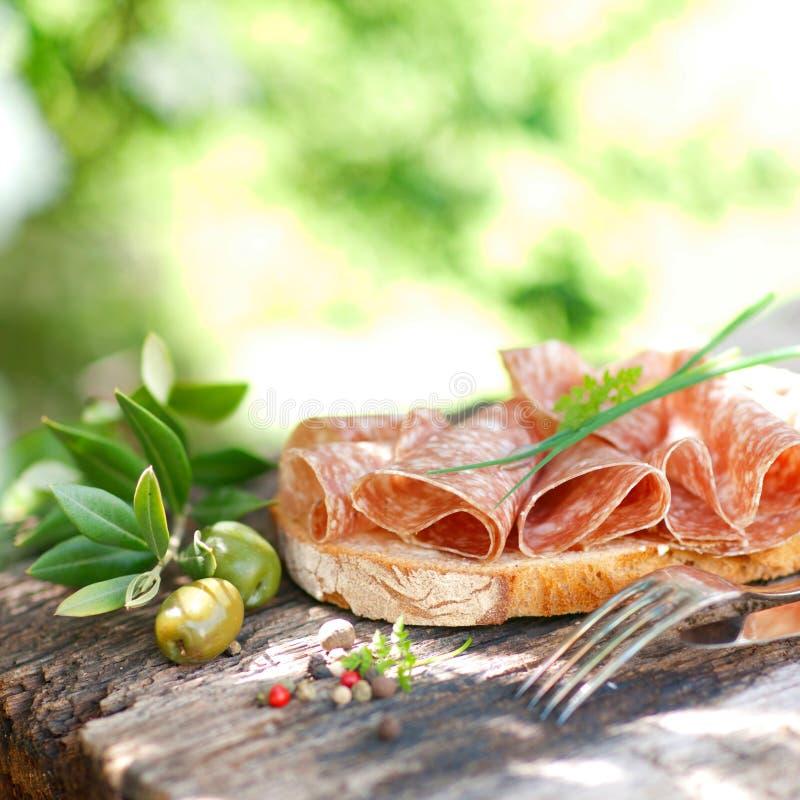 Rustikales Brot mit Salami lizenzfreies stockfoto
