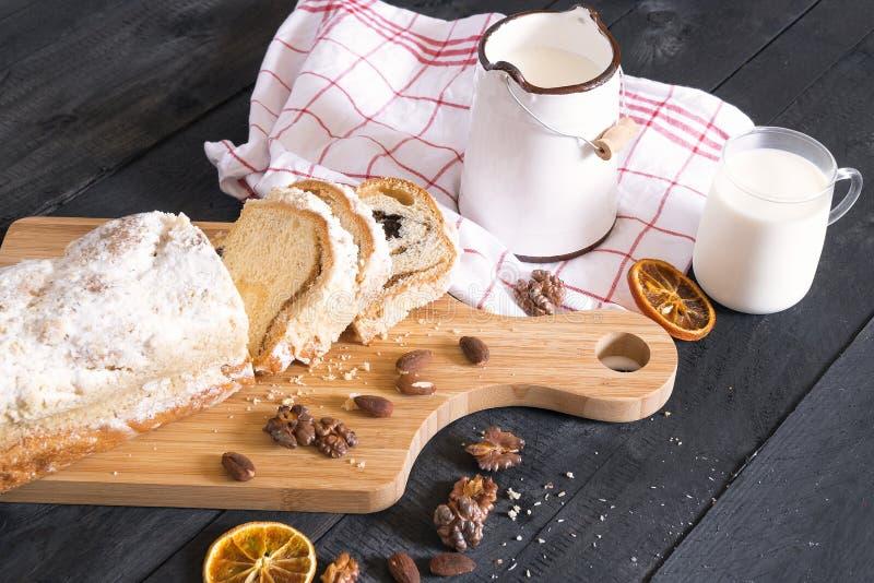 Rustikales Frühstück mit Kuchen und Milch stockbilder