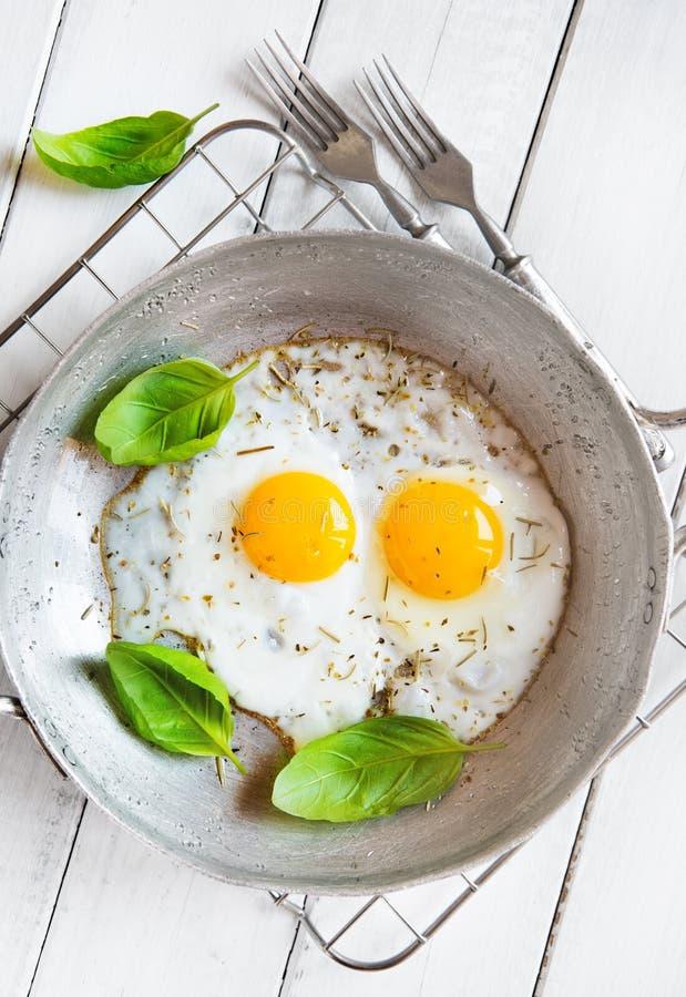 Rustikales Frühstück mit zwei Spiegeleiern lizenzfreie stockbilder
