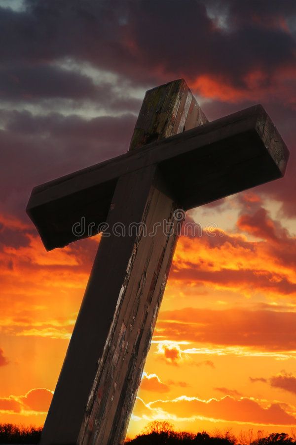 Rustikales hölzernes Kreuz gegen Sonnenuntergang stockfoto