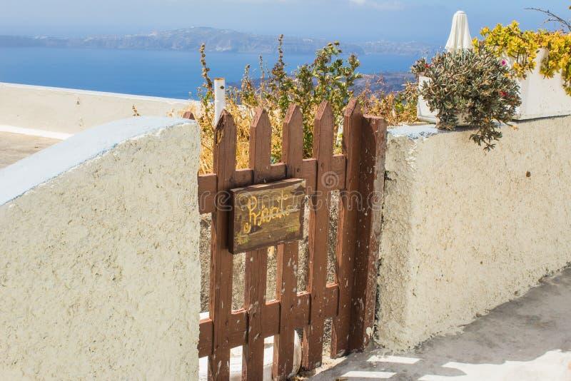 Rustikales hölzernes Tor außerhalb eines griechischen Hauses auf der Insel von Santorini, Griechenland stockbild