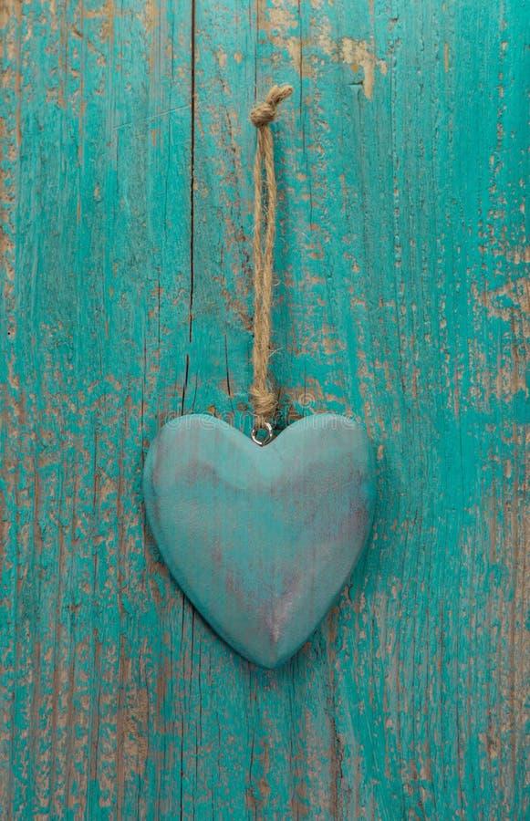 Rustikales Herz auf Türkisholzoberfläche für Valentinsgruß, Geburtstag lizenzfreie stockbilder