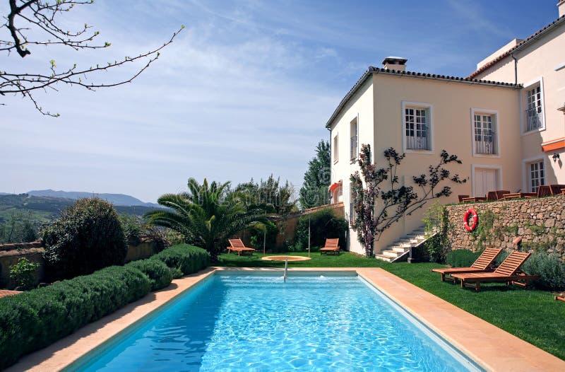 Rustikales Luxuxhotel und Swimmingpool in der Landschaft stockbilder