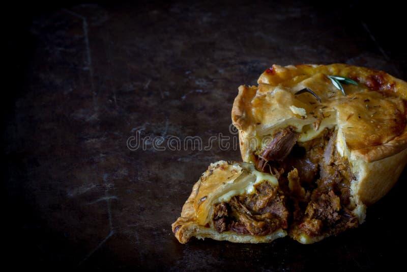 Rustikales Steak-und Käse-Torte geschnittenes horizontales stockfotos