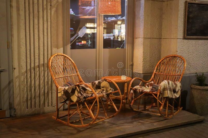 Rustikales Straßencafé mit Holztischen stockfotografie