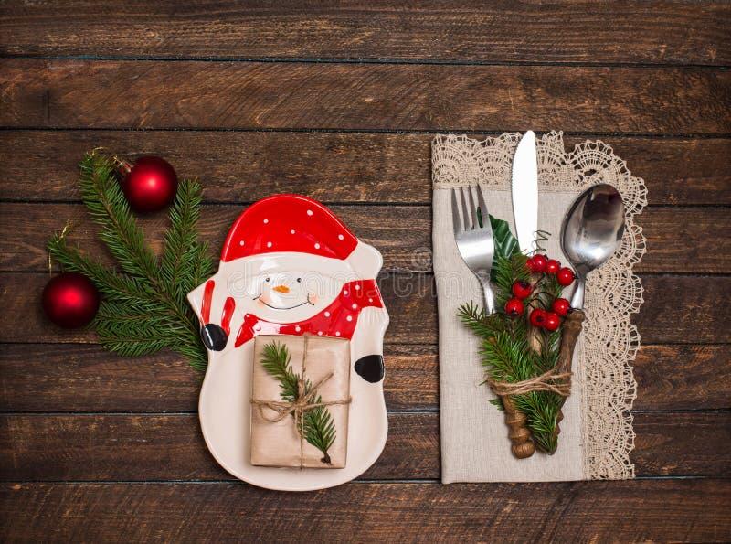 Rustikales Tischbesteck der Weinlese eingestellt mit Spitzen- Serviette und Weihnachtsdekorum stockfoto