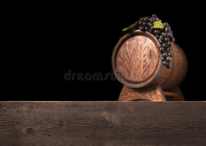 Rustikales unscharfes hölzernes Fass auf einem Nachthintergrund stockfoto