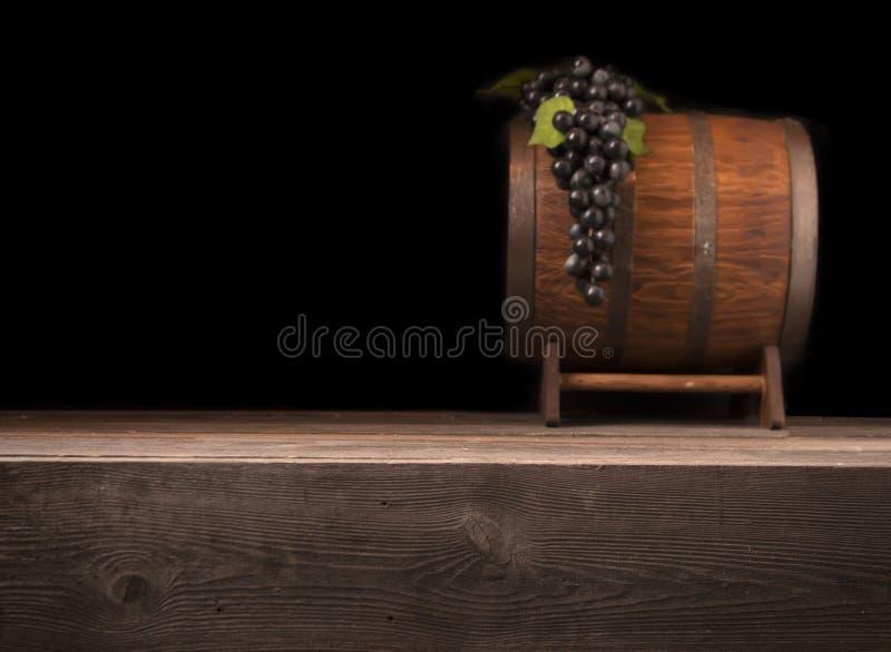 Rustikales unscharfes hölzernes Fass auf einem Nachthintergrund stockbilder