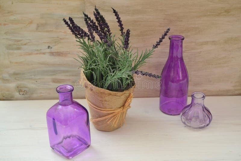 Rustikales Verpacken der Weinlese mit purpurrotem Lavendel für Konzeptentwurf Frankreich, Provence Rose auf dem bokeh Hintergrund stockfotos