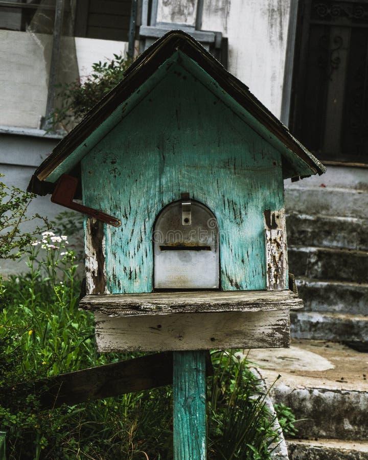 Rustikales Vogelhaus in Atlanta-Nachbarschaft lizenzfreie stockfotos