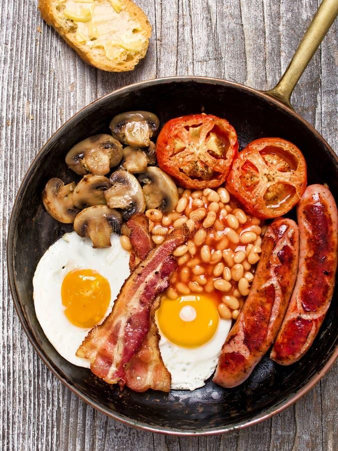 Rustikales volles englisches Frühstück lizenzfreie stockbilder