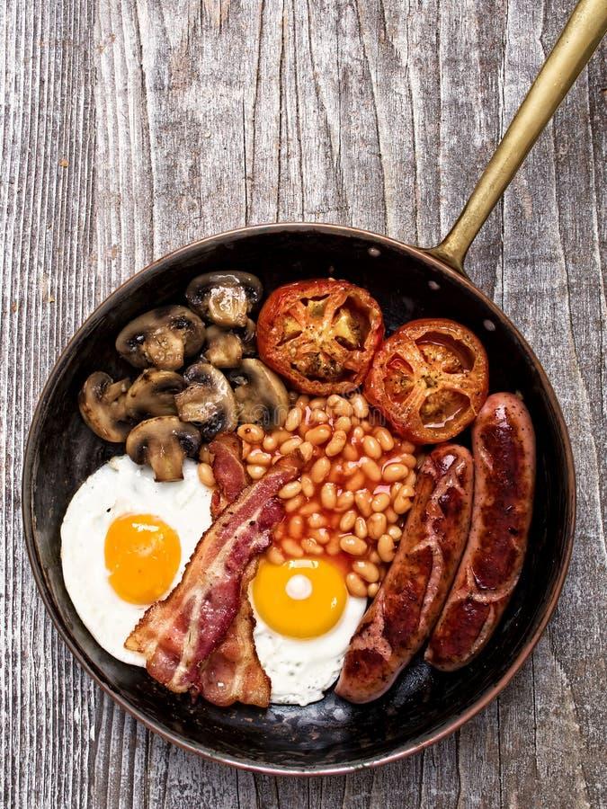 Rustikales volles englisches Frühstück stockfotografie
