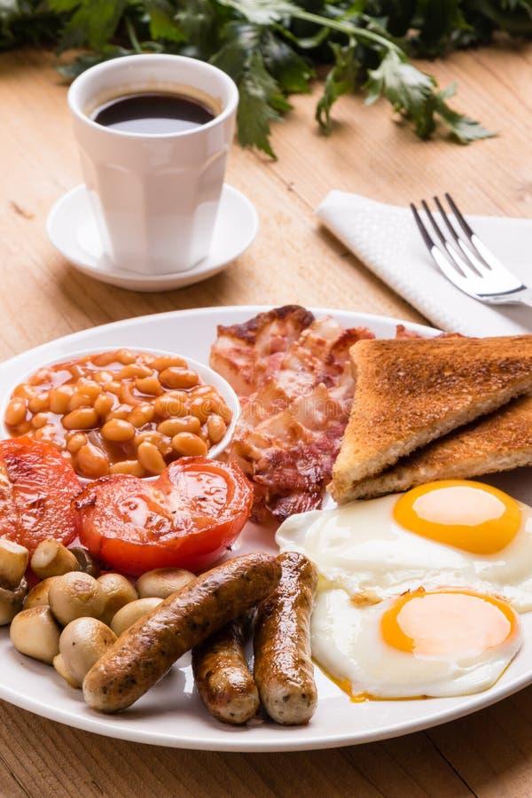 Rustikales volles englisches Frühstück stockfoto