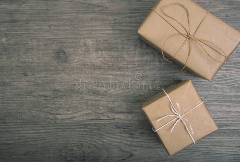 Rustique de cadeaux de Noël décoré étendu sur la table en bois photographie stock