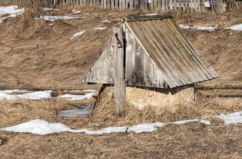Rustique de puits d'eau vieux image stock