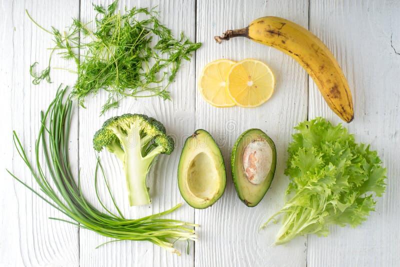 Rustique vert et banane sur les conseils blancs photos stock