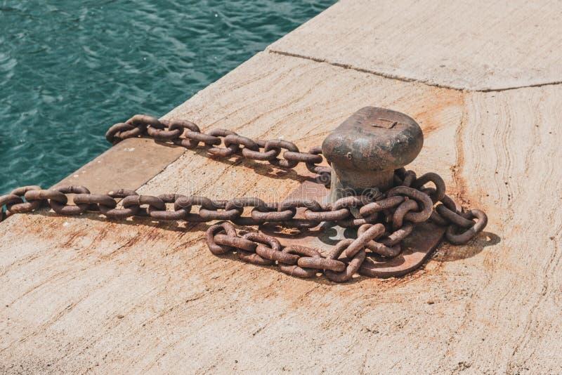 Rustkettingen voor het aanmeren of slepen van bout in de haven stock afbeelding