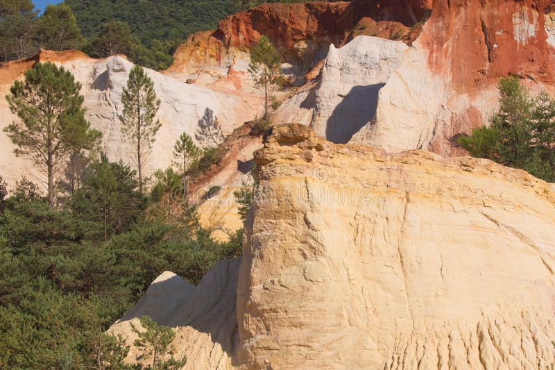 Rustrel skały zbliżać Rustrel (Provence, F obrazy stock