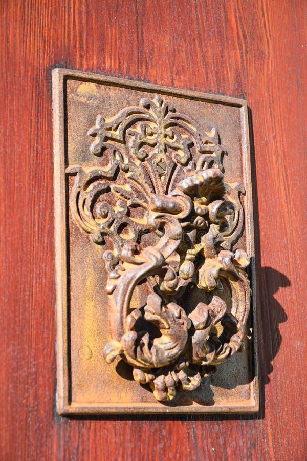 Rusty Antique-deurkloppers op houten deur stock afbeelding