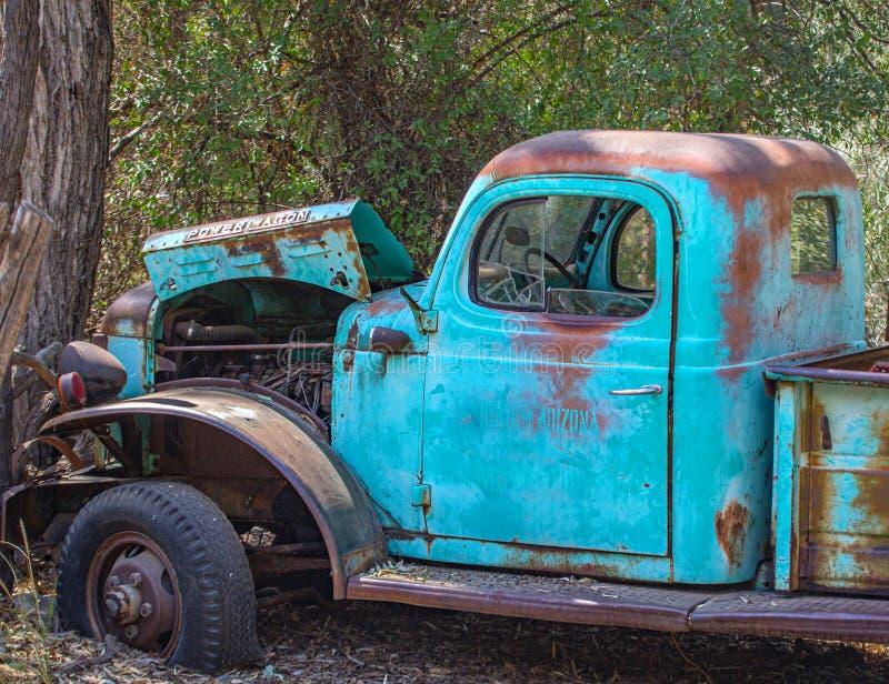 Rusty Blue Old Power Wagon no Arizona fotos de stock