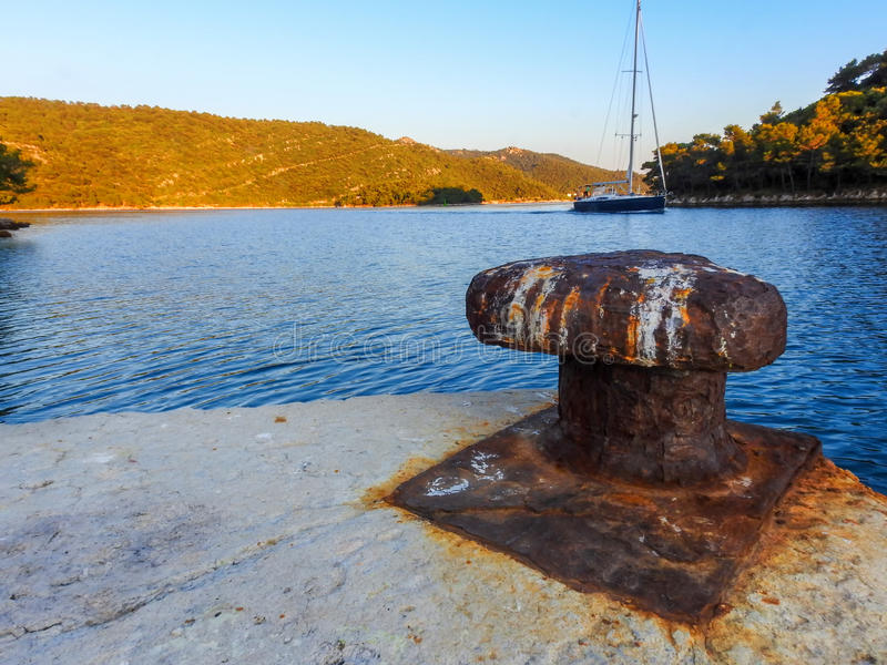Rusty Bollard e barco de navigação 2 imagem de stock