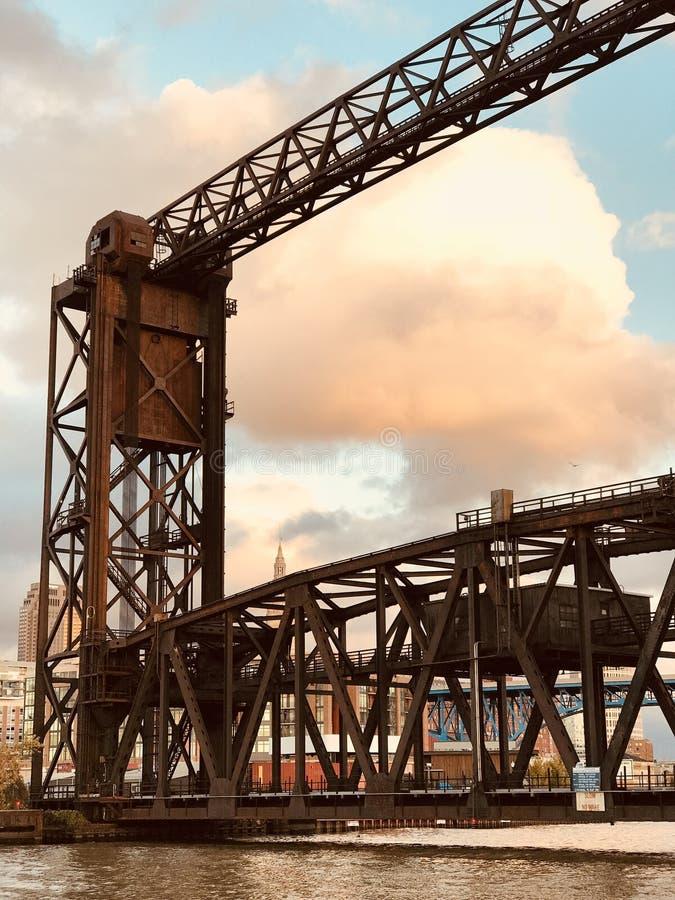 Rusty Bridge über den Ebenen bei Sonnenuntergang in Cleveland CLEVELAND lizenzfreies stockfoto