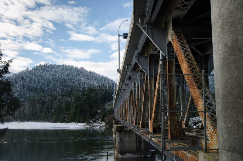 Rusty Bridge Over un fiume immagine stock