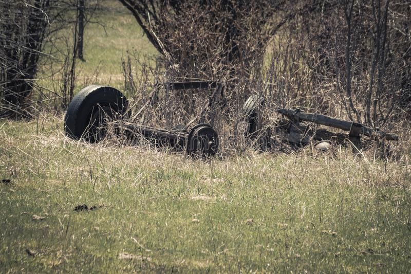 Rusty Broken Truck Axle und Rad stockbilder
