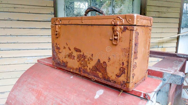 Rusty Brown Toolbox con i fermi immagini stock