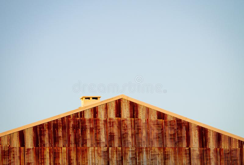 Rusty Building Wall, toit et cheminée Copiez l'espace Temps clair image stock