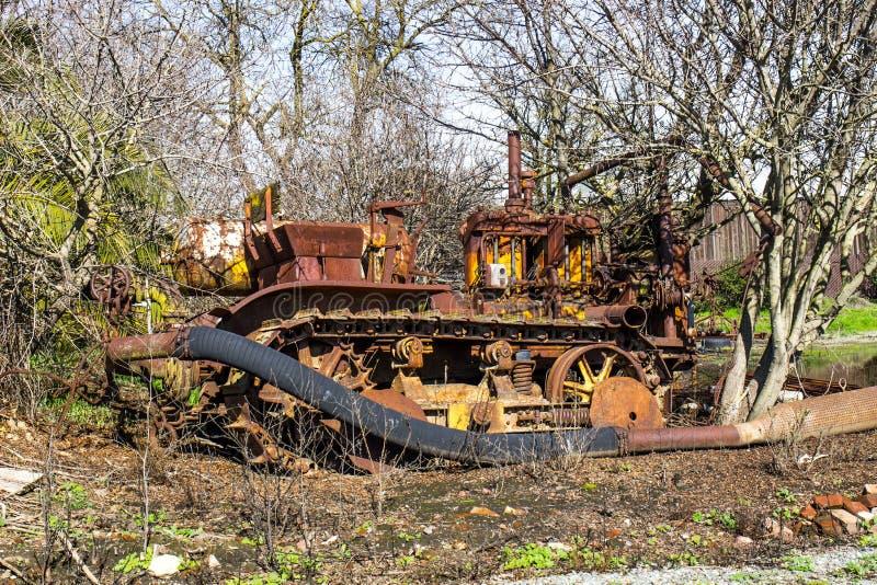 Rusty Bulldozer In Trees d'annata abbandonato immagine stock libera da diritti