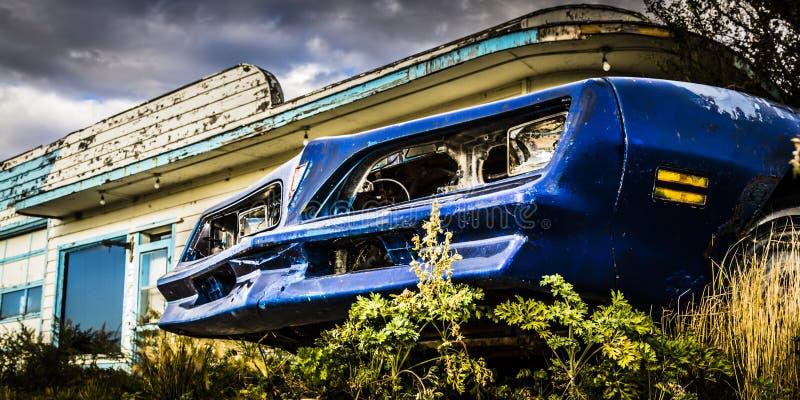 Rusty Car durch Tankstelle lizenzfreie stockfotos