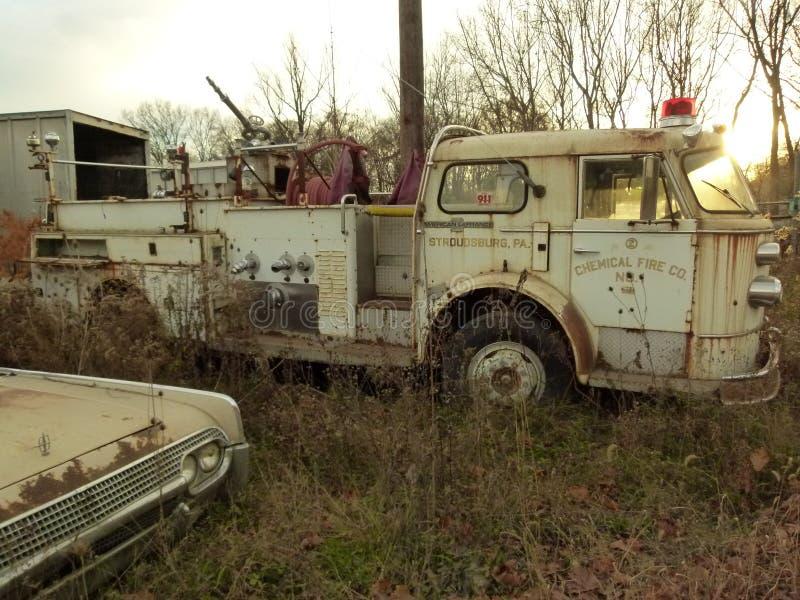 Rusty Car i gård för restmetall arkivbilder