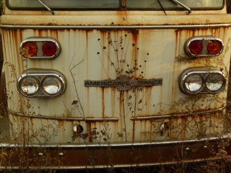 Rusty Car i gård för restmetall royaltyfri bild