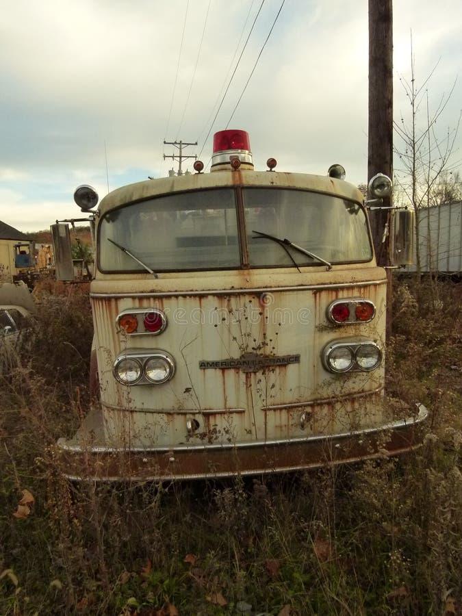 Rusty Car i gård för restmetall royaltyfria foton