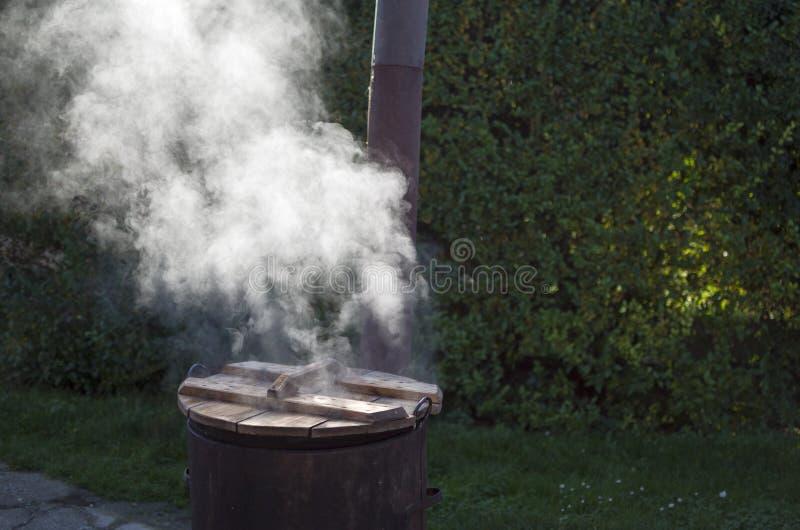 Rusty Cauldron úmido imagens de stock royalty free
