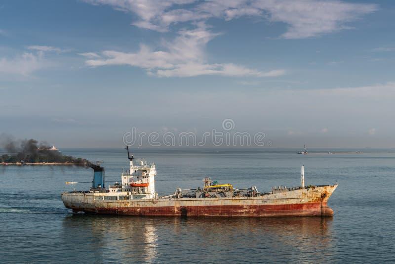 Rusty Cemcon-het schip van cementcarrior in haven van Makassar, Zuiden Sulawesi, Indonesië stock foto