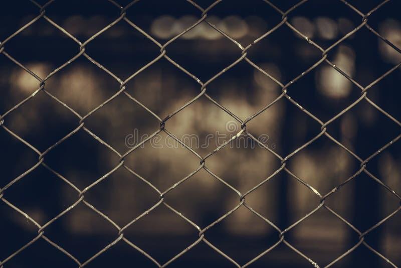 Rusty Chain Link Fence del reticolato d'acciaio sul fondo della sfuocatura immagini stock libere da diritti