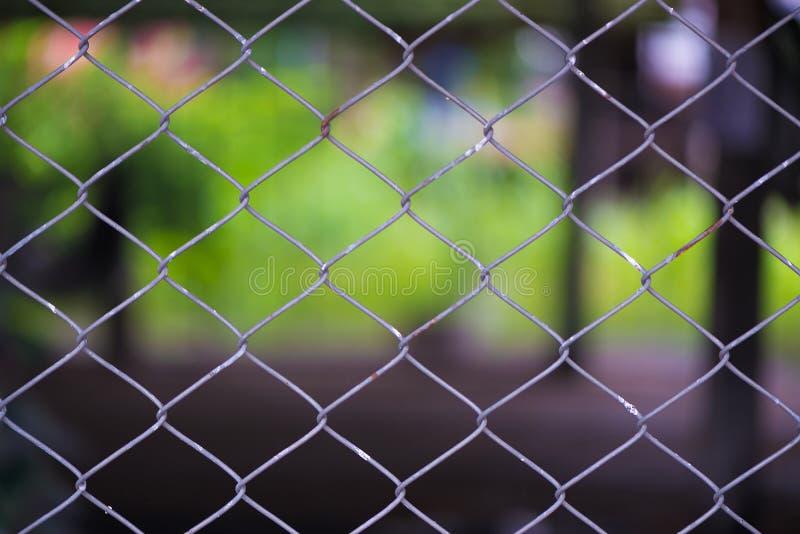 Rusty Chain Link Fence del reticolato d'acciaio sul fondo della sfuocatura fotografia stock