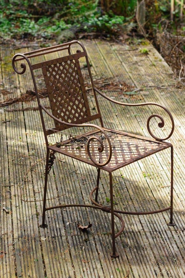 Rusty Chair y jardín overgrown fotografía de archivo libre de regalías