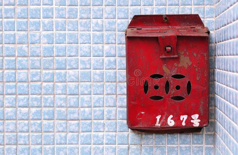Rusty Chinese-Postbox auf einer blauen Fliesenwand, Hong Kong lizenzfreie stockfotografie