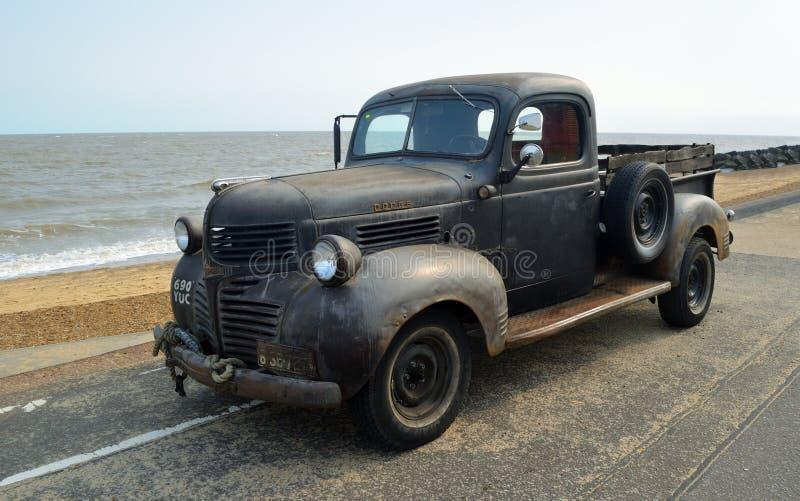 Rusty Classic Dodge Piick encima del camión parqueado en la 'promenade' de la orilla del mar imagenes de archivo